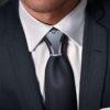 Costume anthracite rayé avec bijou de cravate titane gris et anthracite
