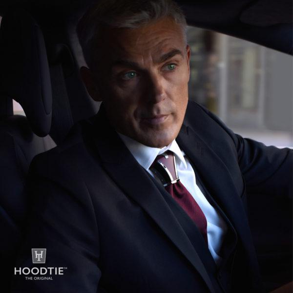 Costume bleu marine et accessoire de cravate bordeaux Hoodtie