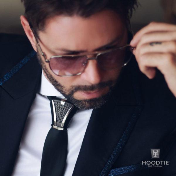 Tenue de soirée smoking bleu/noir et bijou de cravate gravé black/ruthenium
