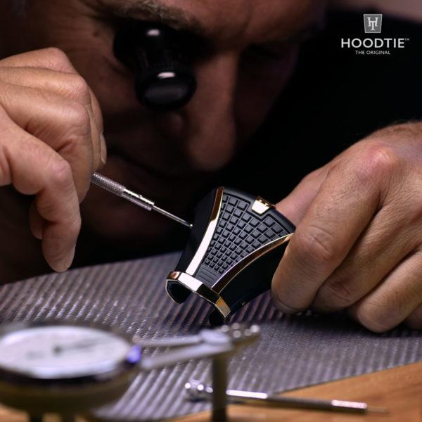 Montage du bijou de cravate Hoodtie