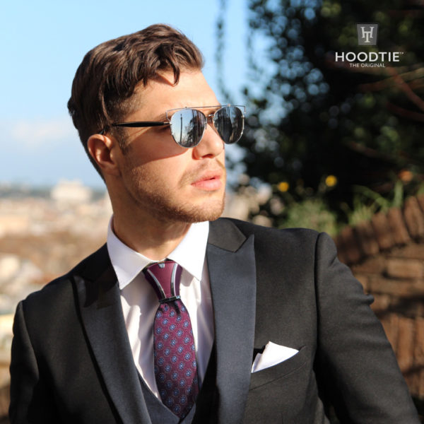 Smoking Noir/satin et accessoire de cravate Hoodtie bordeaux