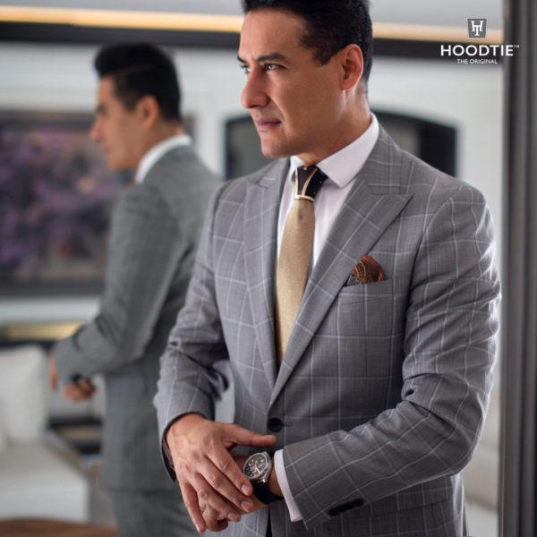 Homme en tenue de soirée, costume gris - cravate or et ornement de noeud de cravate noir et or