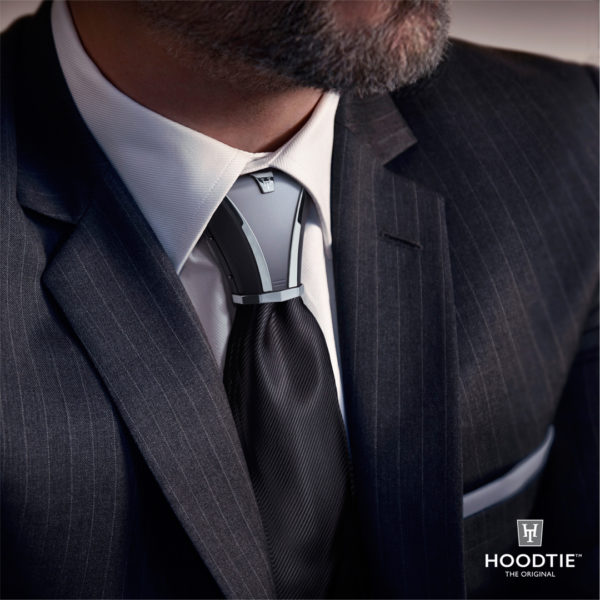 Bijoux de cravate en titane gris sur costume rayé anthracite