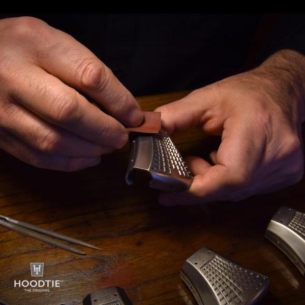 Finition des coques en titane de l'accessoire de cravate Hoodtie
