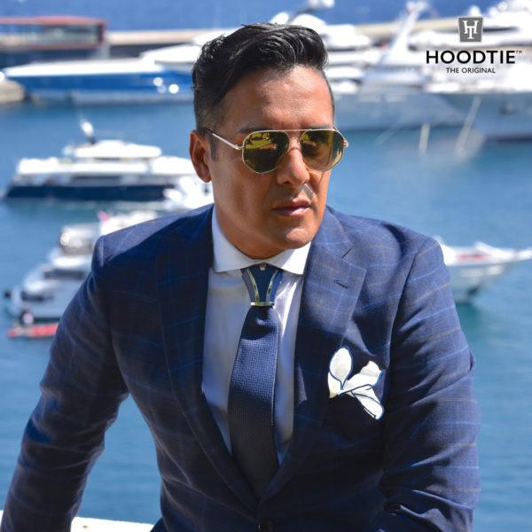 Une belle tenue classique, costume à carreau, chemise blanche, cravate bleu avec son accessoire Hoodtie assorti