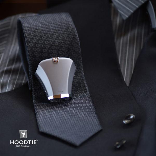 Noeud de cravate en titane gris au design épuré sur gilet de costume noir