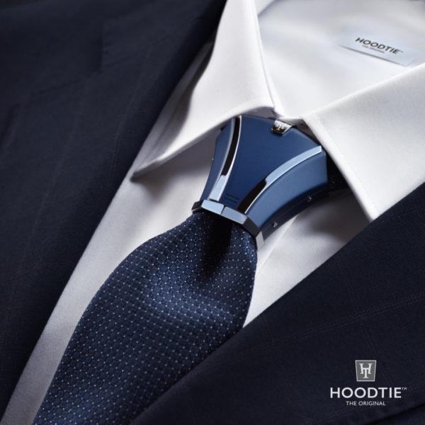 Accessoire de cravate Hoodtie assorti à une veste de costume bleu
